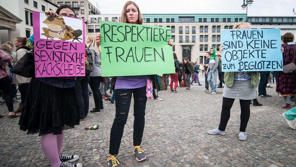 """Proteste gegen """"GNTM"""": Action gegen Magerwahn und Pinkyfizierung"""