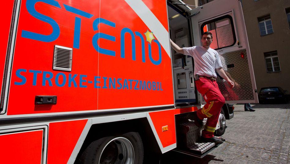 Rettungssanitäter an einem Stroke-Einsatz-Mobil (Archivbild)