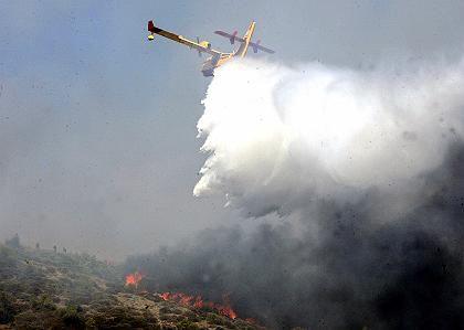 Ein Flugzeug der Feuerwehr bekämpft den Brand an der Absturzstelle