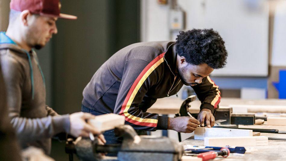 Ein Geflüchteter in einer Übungswerkstatt der Handwerkskammer Berlin: Die meisten Flüchtlinge bringen gute Voraussetzungen mit