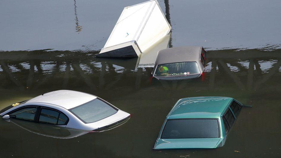 Großer Schaden: Autos in den Fluten von Bangkok