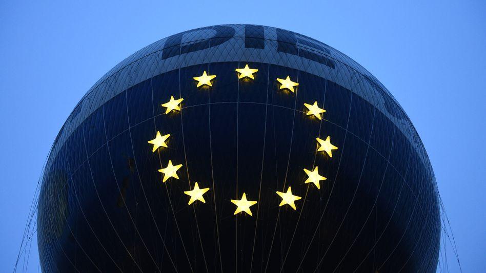 """Der Berliner Aussichtsballon """"HiFlyer"""" im Gewand einer großen Europaflagge"""