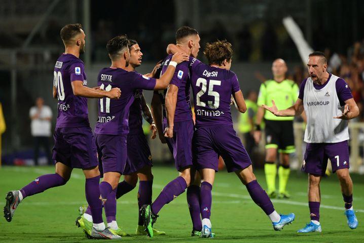 Beim Treffer von Milenkovic jubelt Ribéry mit dem Team