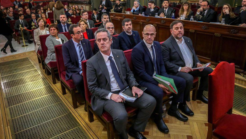 Angeklagte Separatistenführer vor Gericht (vordere Reihe von links: Joaquim Forn, Raul Romeva, Oriol Junqueras)