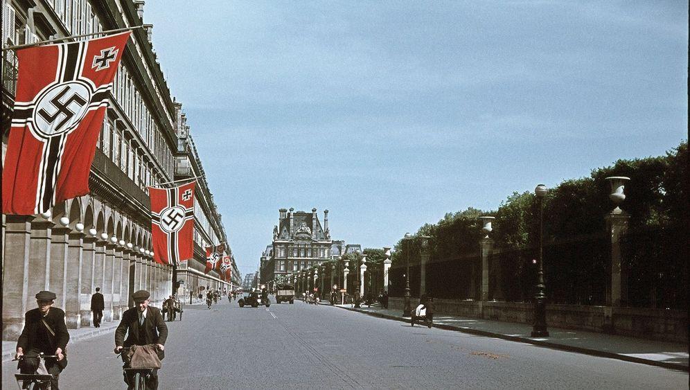 Paris in Farbe: Rote Flaggen an der Seine