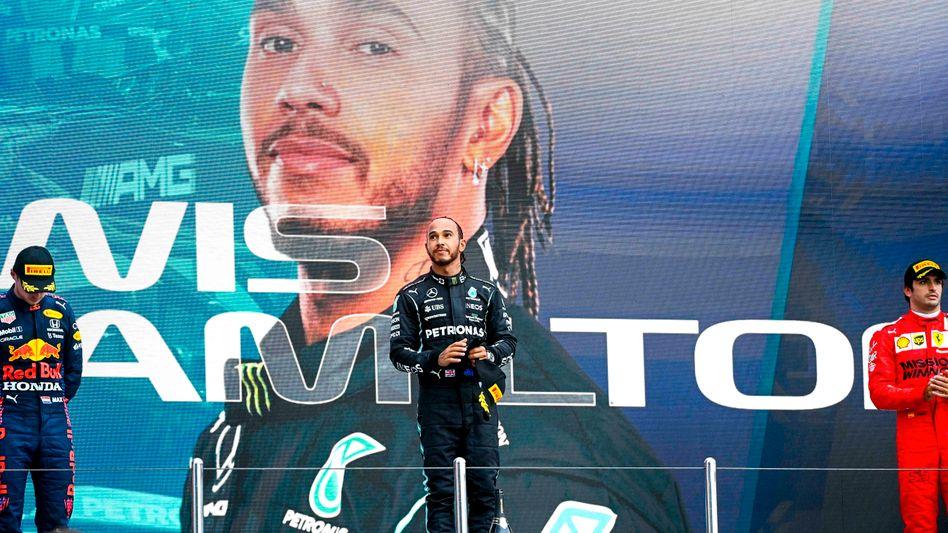 Lewis Hamilton (M.) bei der Siegerehrung in Sotschi
