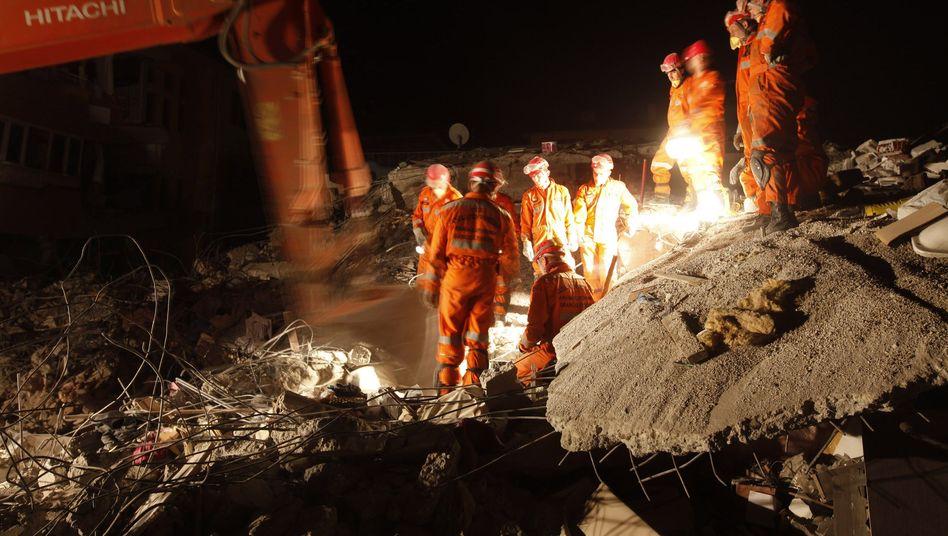 Rettungsarbeiten in Ercis: Helfer suchen in Trümmern nach Überlebenden