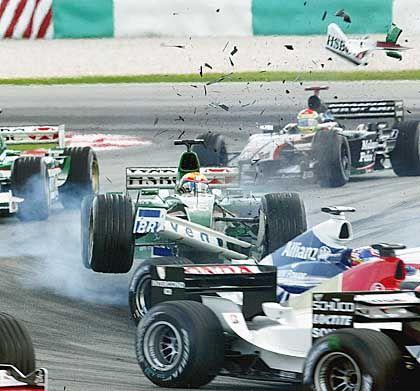 Tollkühne Männer in ihren fliegenden Kisten: Bereits in der zweiten Kurve nach dem Start kam es zu einem Zusammenstoß zwischen Jaguar-Fahrer Antonio Pizzonia und Juan Pablo Montoya