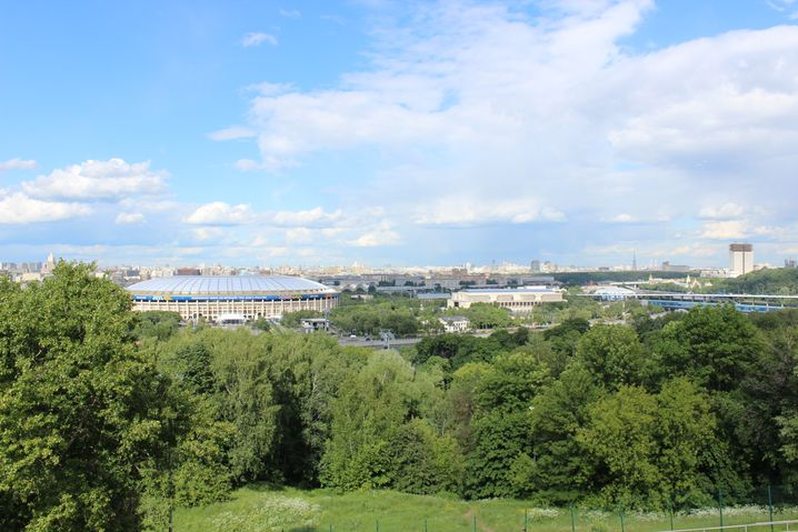 Blick auf Luschniki Stadion vom Ausblickspunkt vor der Universität.