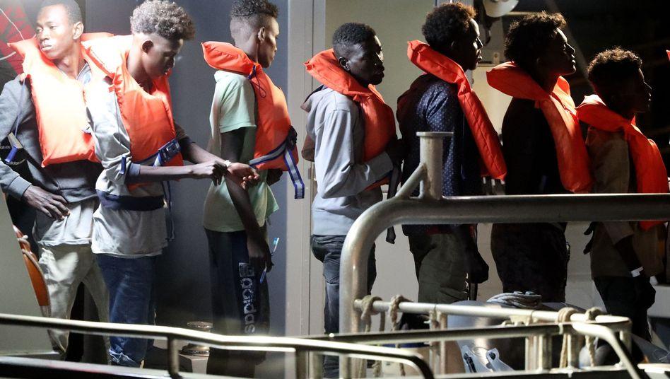 """Endlich an Land: Gerettete Flüchtlinge von der """"Alan Kurdi"""" gehen in Floriana, Malta, von Bord eines maltesischen Patrouillenboots."""