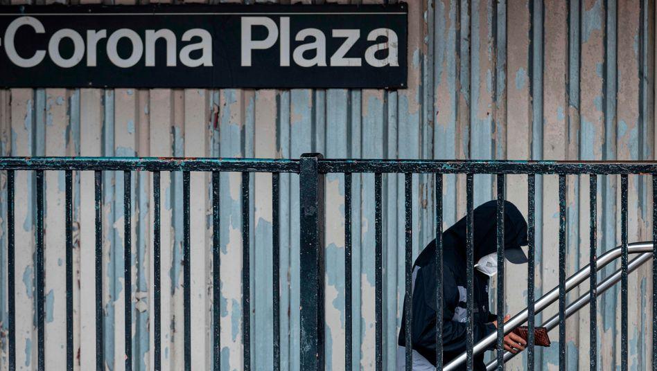 """Passant vor der U-Bahn-Station Corona Plaza in New York: """"Sechs Wochen lang kostbare Zeit verschenkt"""""""