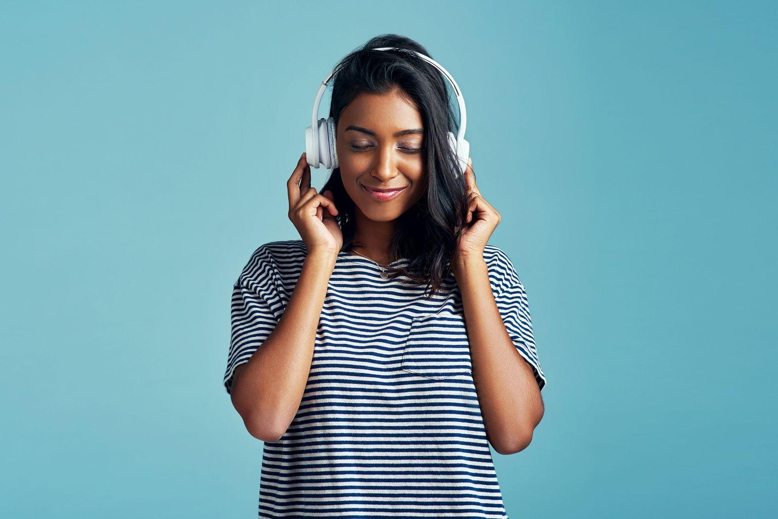 EINMALIGE VERWENDUNG Frau hört Musik