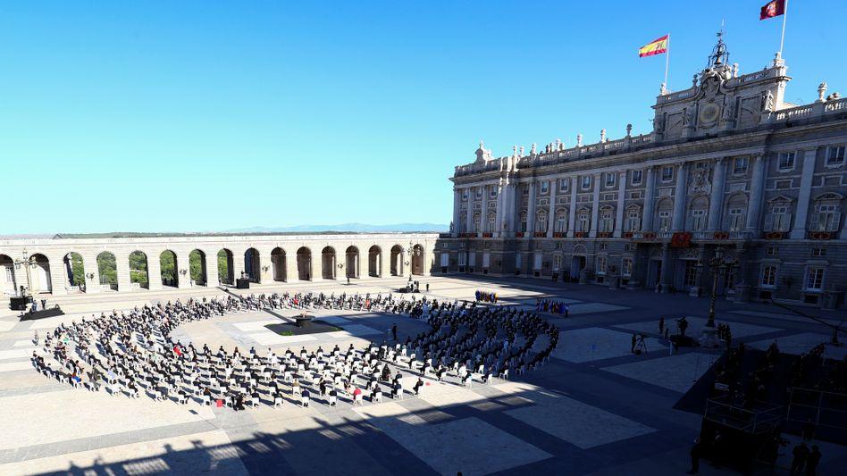 Trauerzeremonie im Hof des spanischen Königspalastes in Madrid