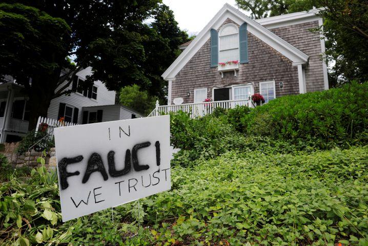 """""""Auf Fauci vertrauen wir"""": Solidaritätsbekundung in Rockport, einem Ort in Massachusetts"""