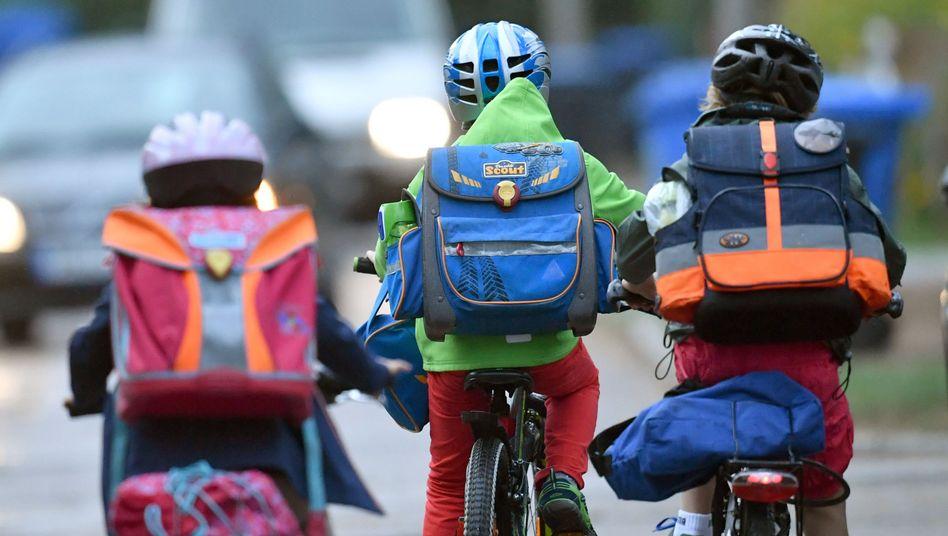 Kinder müssen sich im Straßenverkehr orientieren und die Spur halten können, auch wenn sie sich umdrehen und den Arm ausstrecken