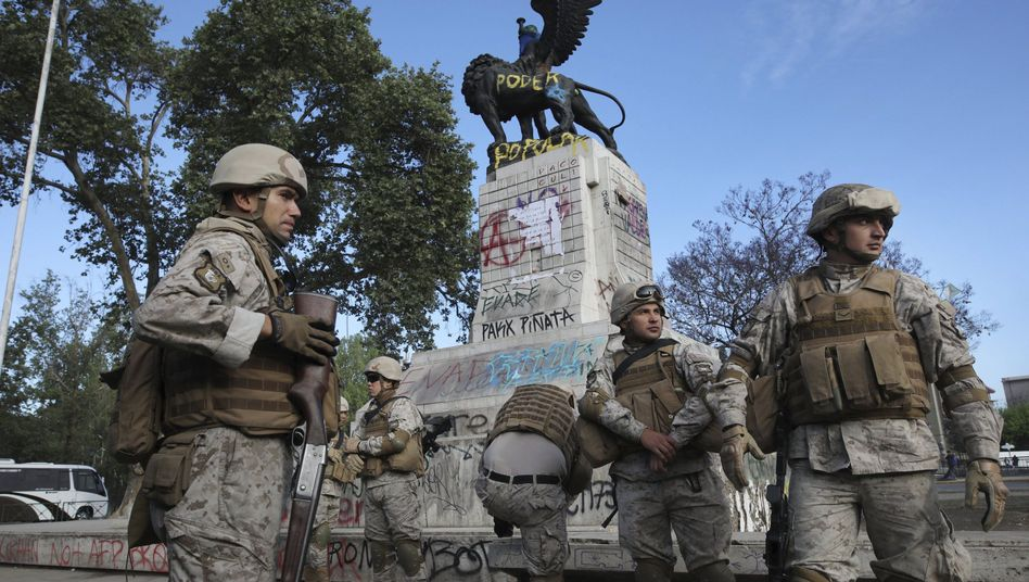Soldaten bei einem mit Graffitis besprühten Denkmal: Veränderungen stehen an