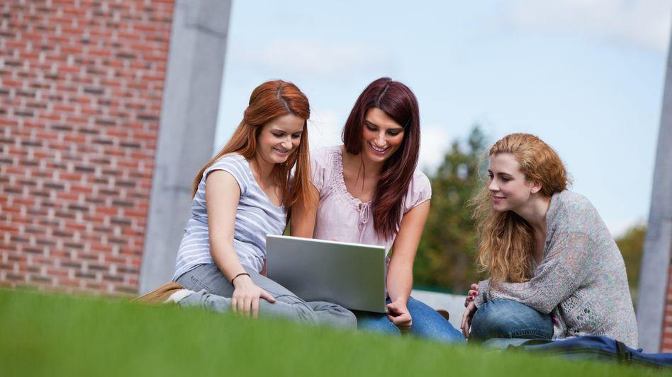 Mit dem Laptop auf der Wiese: Im Sommer findet das Studium auch draußen statt