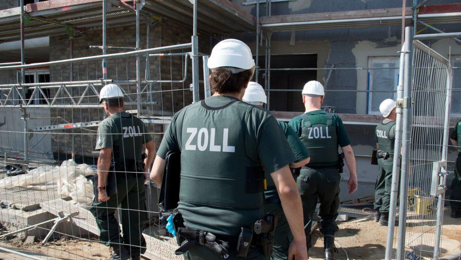 Eine Razzia gegen Schwarzarbeit auf einer Baustelle (Archiv)