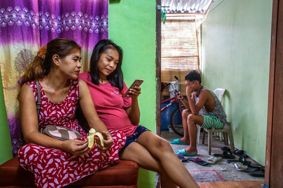 Grüße aus der Heimat: Jhens Tochter Jennidel (rechts) und die Tante telefonieren mit Jhen in Paris
