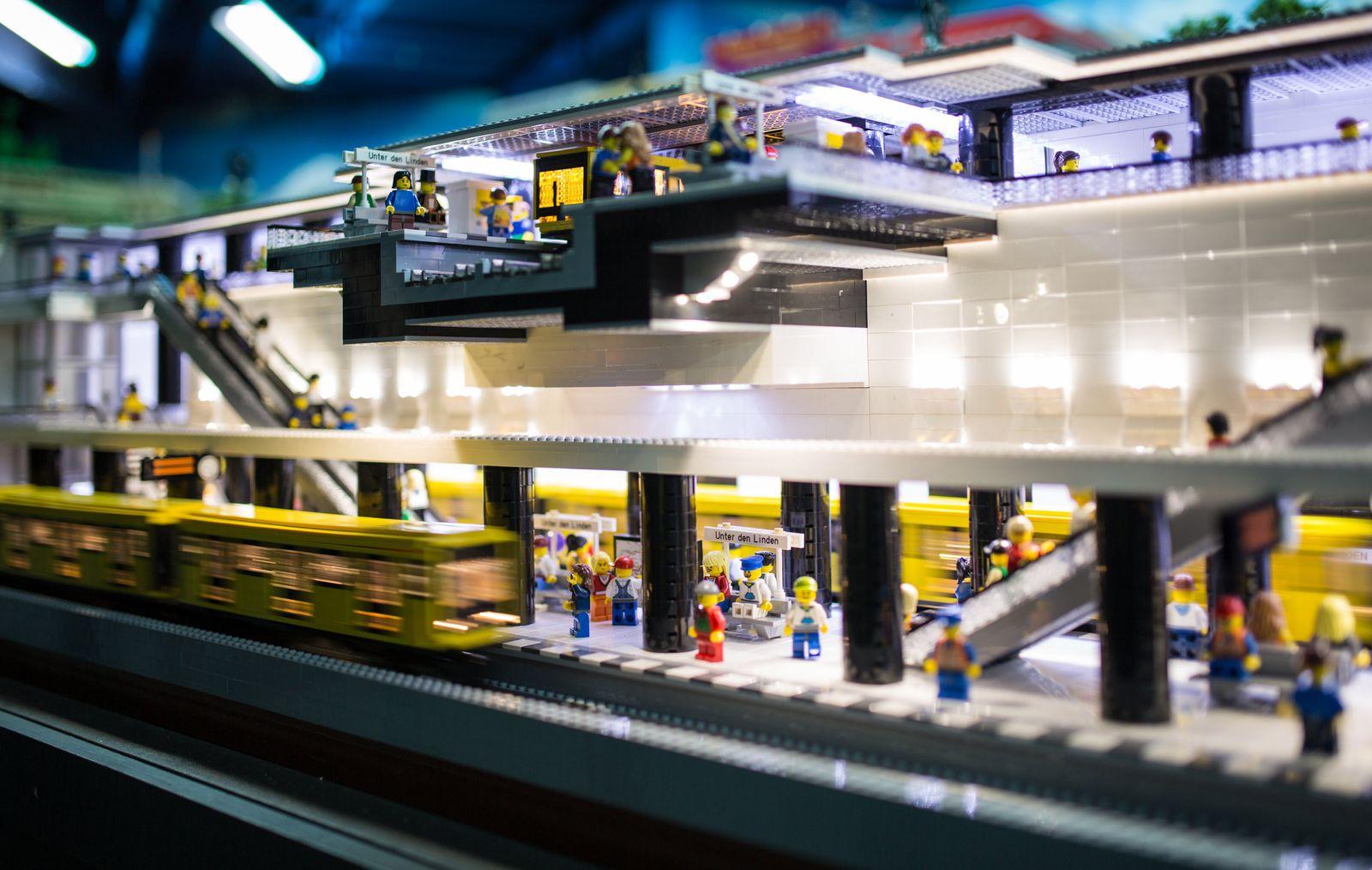 """Eröffnung des U-Bahnhofs """"Unter den Linden"""" als Lego-Miniatur"""