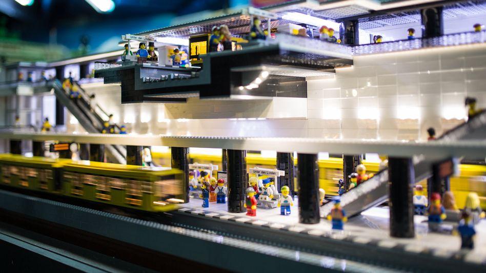 """Lego-Bahnhof """"Unter den Linden"""": Fabriken können Nachfrage nicht decken"""