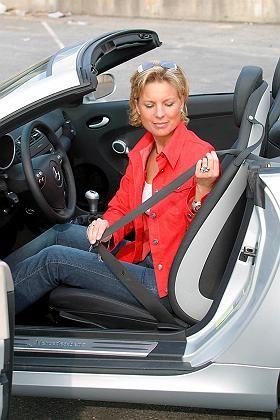 Frau und Auto: Überblick über Schalter verloren