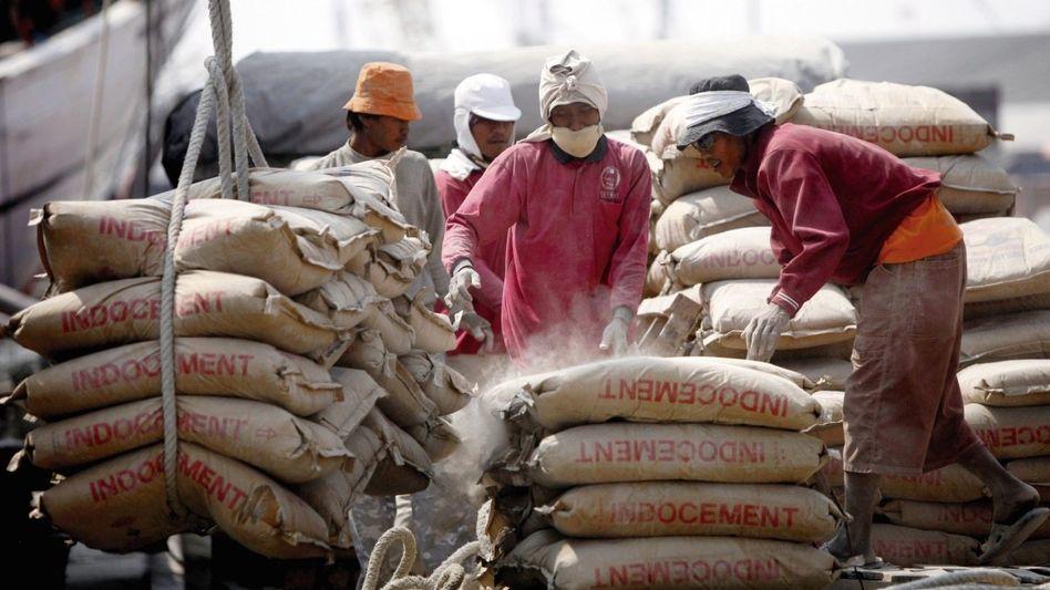 Zementverladung in Jakarta: Geschenk an die Deutschen?