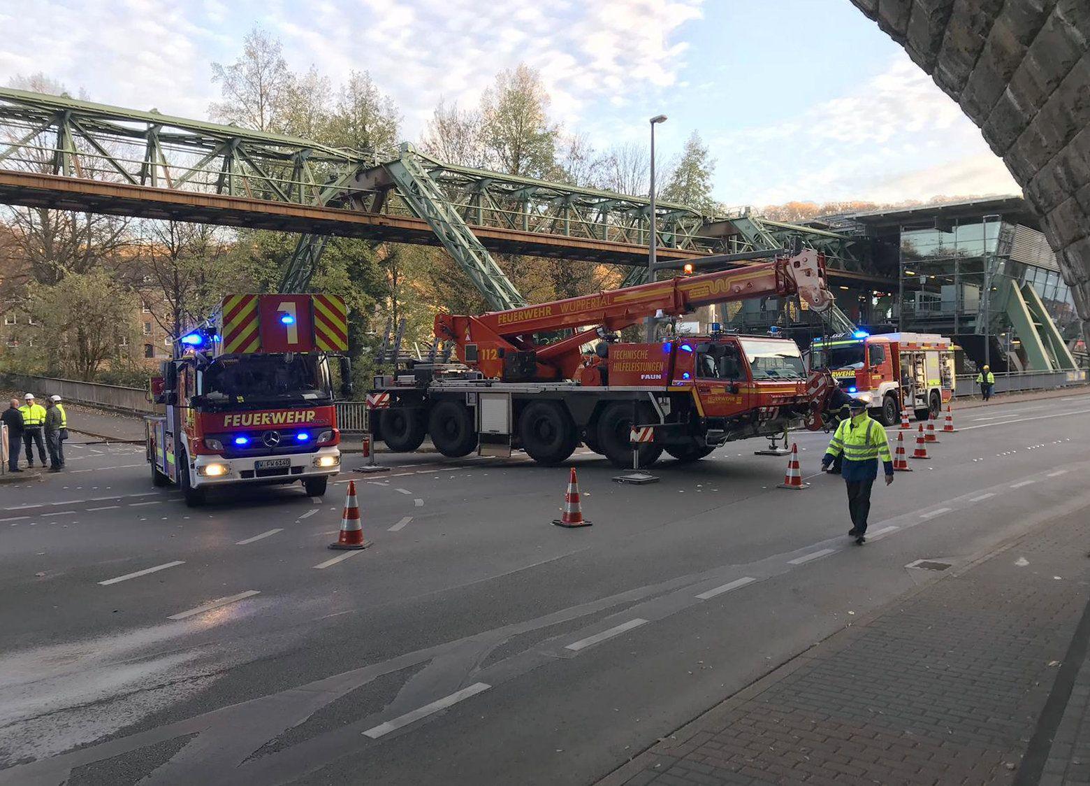 Stromschiene löst sich von Wuppertaler Schwebebahn