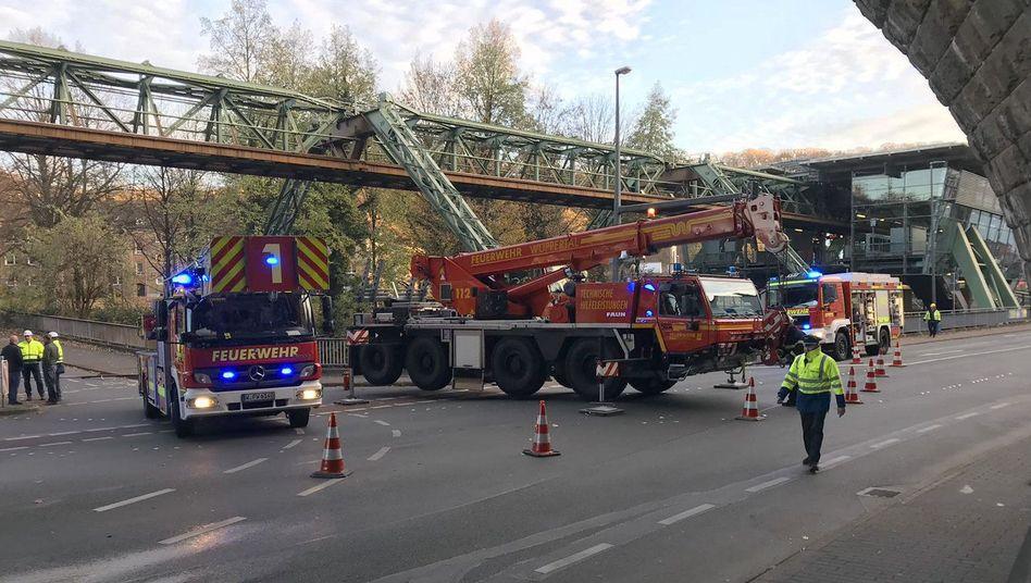 Wuppertaler Feuerwehr am betroffenen Gleisabschnitt