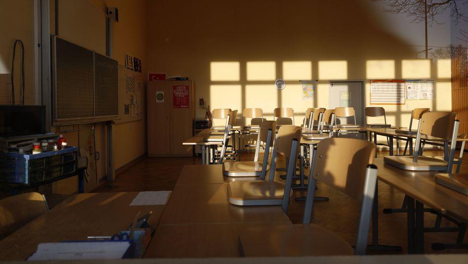 Verwaister Klassenraum (Symbolbild): Schulschließungen muss man sich leisten können