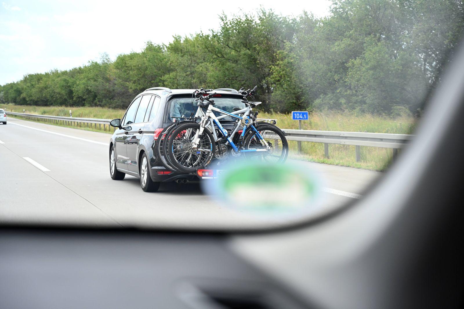 PKW transportiert Fahrräder mit einemn Fahrradträger am Heck auf der Bundesautobahn 9, bei Leipzig, Sachsen, Deutschland
