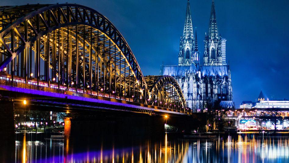 Die Hohenzollernbrücke und der Kölner Dom (Archiv)