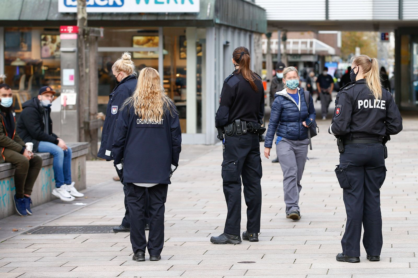 03.11.2020, xtgx, Symbolfotos Lockdown und Maskenpflicht in Wolfsburg. Polizei und Ordnungsamt kontrollieren, ob Masken