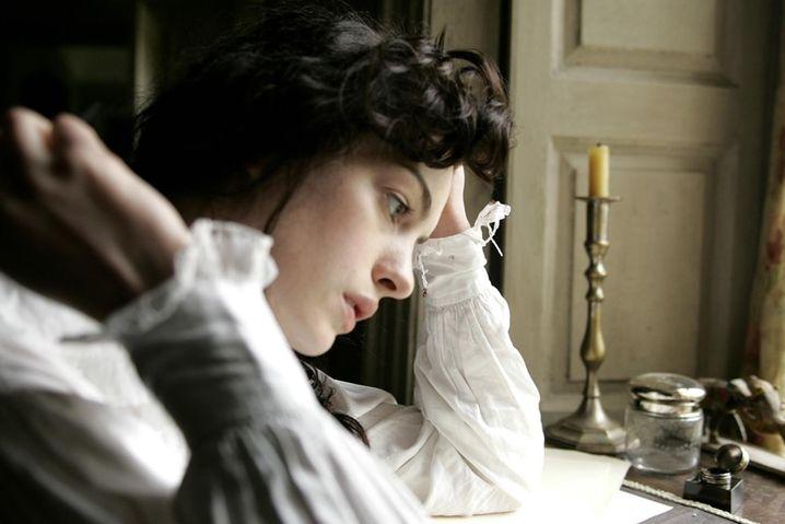 Jane (Anne Hathaway) schreibt
