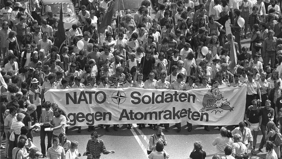 Demo auf der Bonner Hofgartenwiese: Als der damalige US-Präsident Ronald Reagan aus Anlass des Nato-Gipfels in Bonn eintraf, erzielte der Protest seinen vorläufigen Höhepunkt. Etwa 400.000 Menschen nahmen teil.