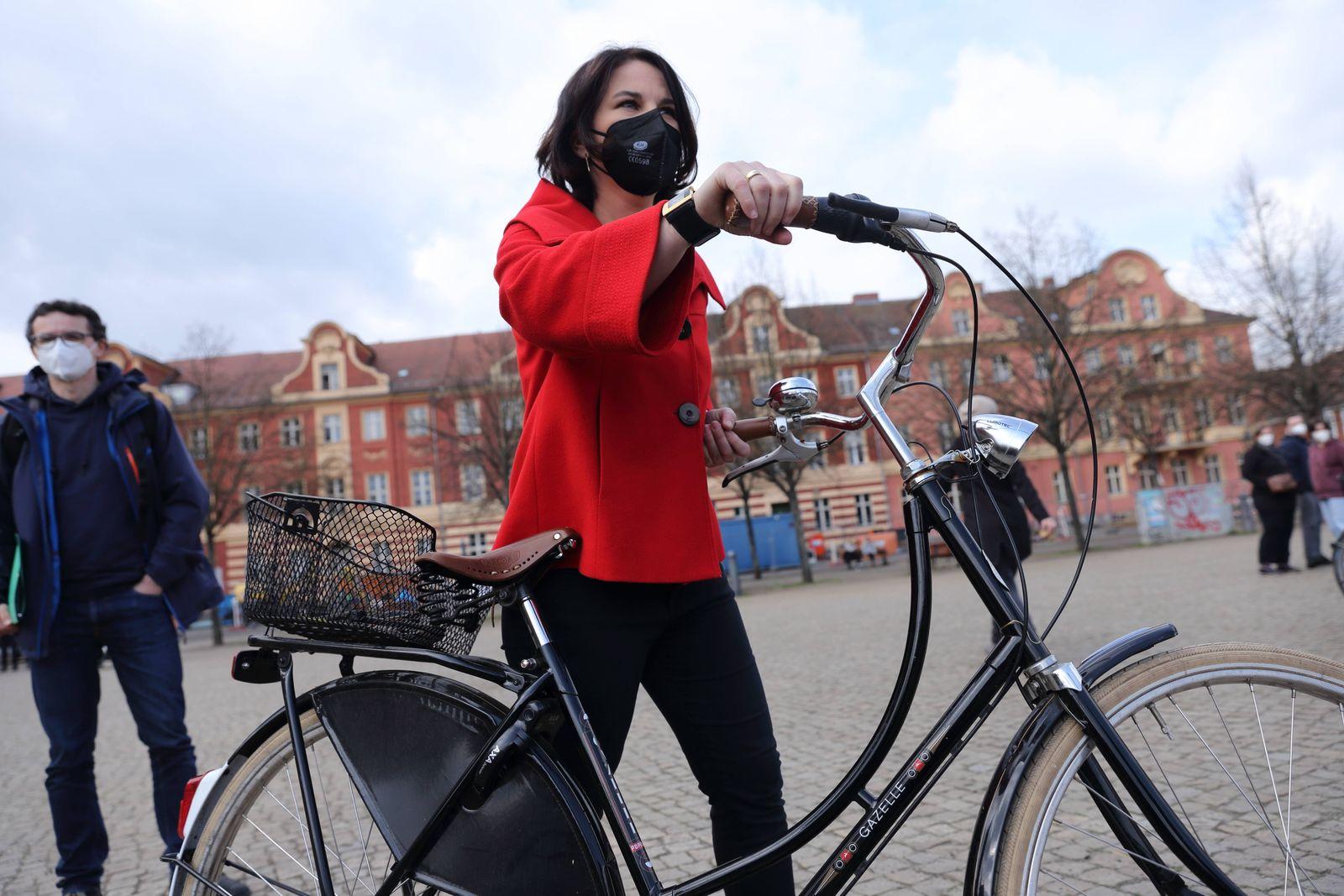 Kanzlerkandidatin Annalena Baerbock (Bündnis 90/Die Grünen) verlässt mit Fahrrad eine Kundgebung des DGB zum Tag der Arb