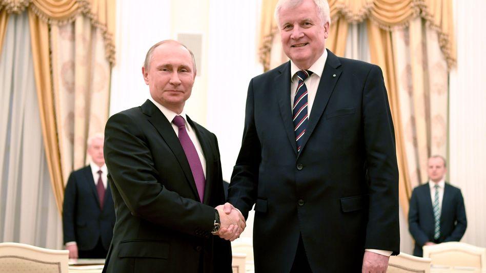 Putin und Seehofer bei einem Treffen 2017 in Moskau