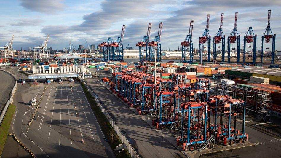 Kräne im Hamburger Hafen: Der DIHK sieht mehr als zehn Prozent der Mittelständler von Pleite bedroht