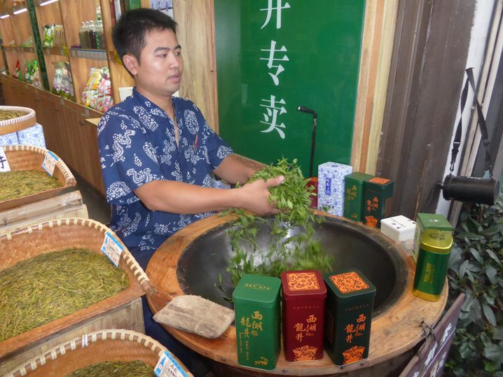 Rösten von Longjing Tee im Wok