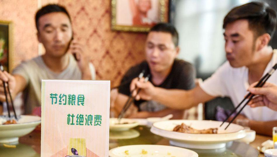 Szene in Restaurant in China (Symbolbild): Flyer mahnt, kein Essen zu verschwenden