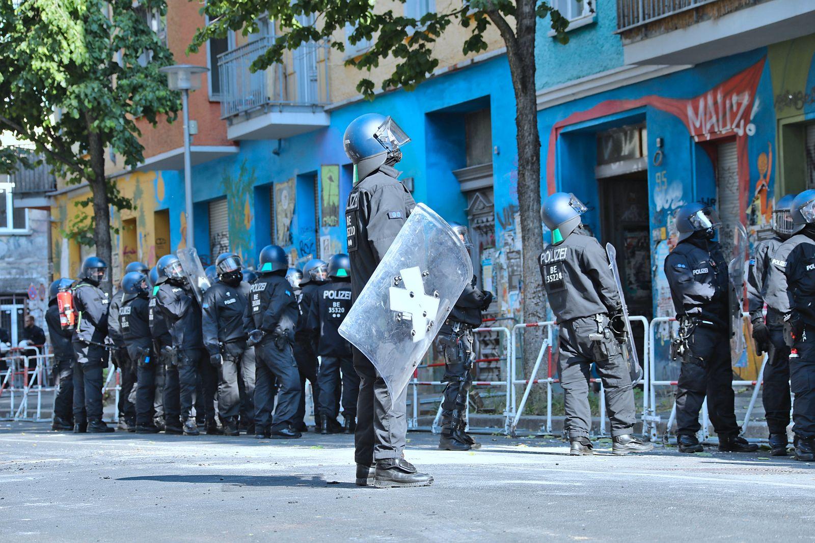 Polizei im Einsatz in der Rigaer Strasse 94 in Berlin Polizei im Einsatz in der Rigaer Strasse 94 in Berlin Berlin Riga