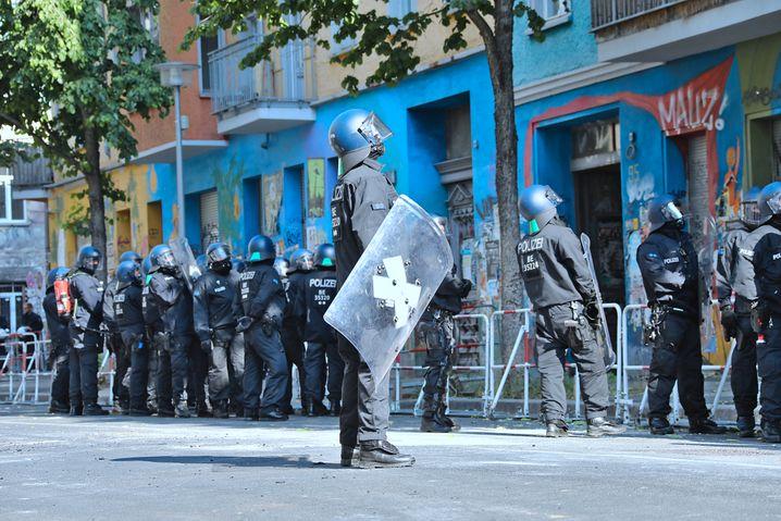 Polizisten in der Rigaer Straße in Berlin: Mit der Kettensäge durch die Tür