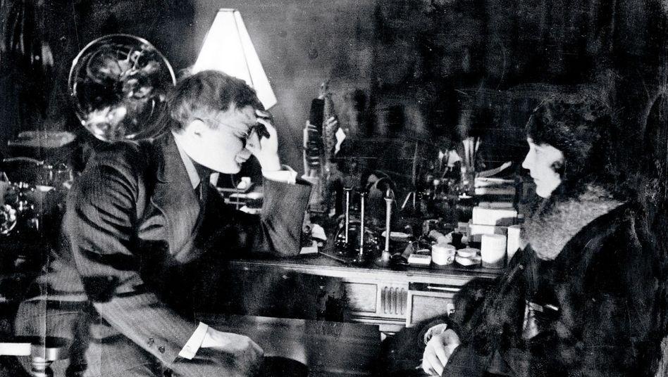 Arzt Döblin in Konsultation mit einer Patientin, 1931