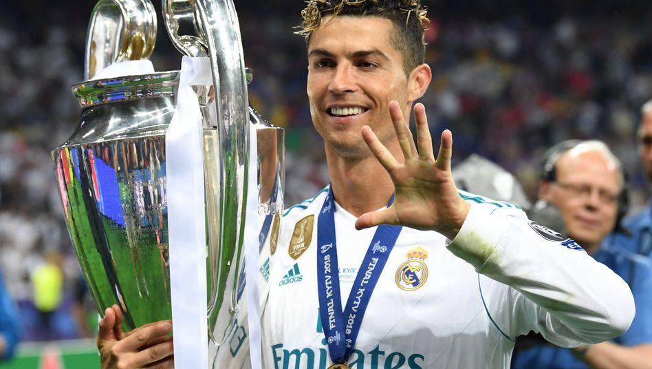 Cristiano Ronaldo zeigt die Anzahl seiner Champions-League-Titel an