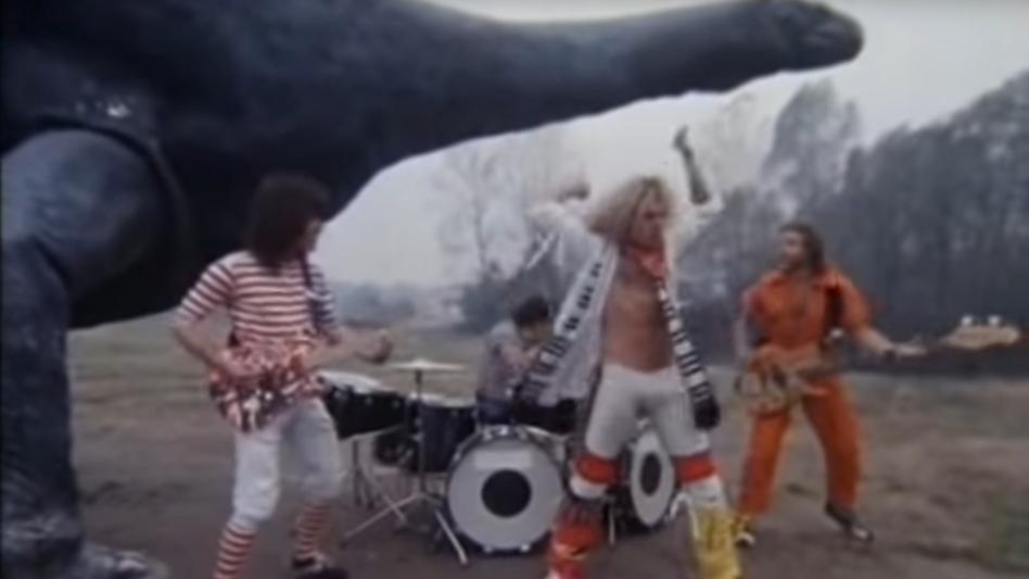 Van-Halen-Clip: Dass die Band gerade in absurder Dinosaurierkulisse spielt, passt wunderbar