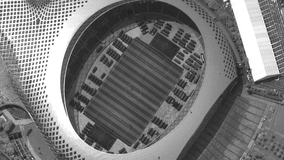 Satellitenaufnahme des Stadions von Shenzhen: Militärfahrzeuge im Inneren