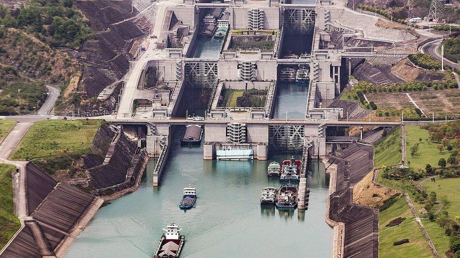 Schleuse am Drei-Schluchten-Staudamm in China: Größe und Langsamkeit als Problem
