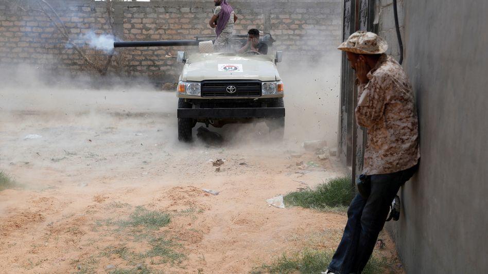 Feuer frei: Soldaten der libyschen Regierung im Kampf um Tripolis