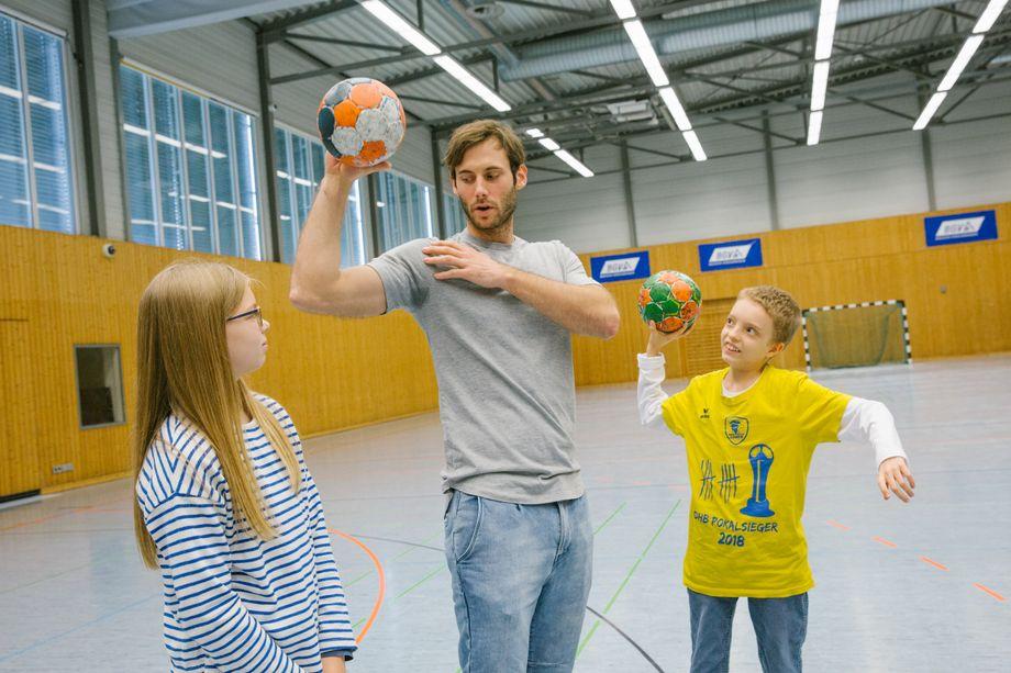 Uwe zeigte Bele und Silas seine Wurftechnik.