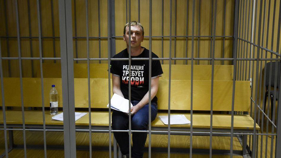 Iwan Golunow sitzt vor Gericht in einer Zelle